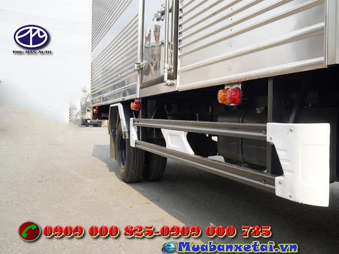 Xe tải Hino 3.5 tấn thùng kín sử dụng lốp 7.50-16/ 7.50-16 thông dụng, chịu tải cao.