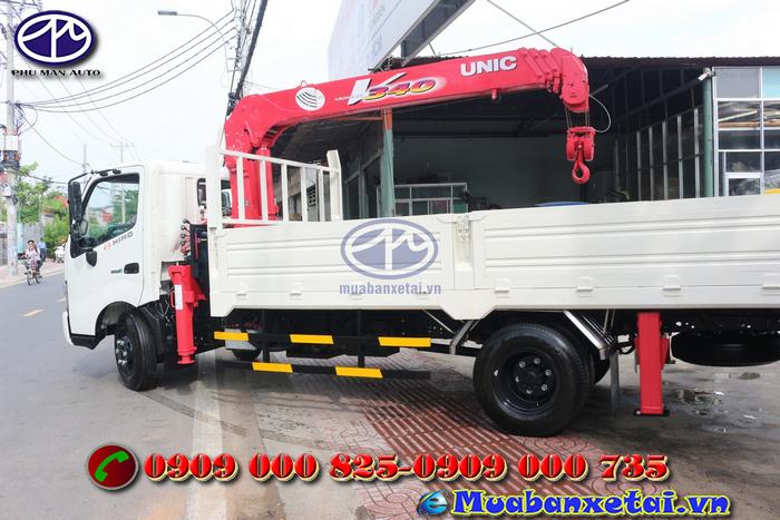 Phía sau xe tải Hino FC9JLSW 6.4 tấn gắn cẩu UNIC URV340 3 tấn